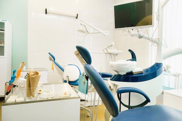 Пустой стул в кабинете дантиста. пустой кабинет дантиста.