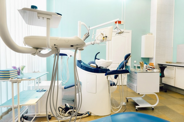 歯科医院の空の椅子。空の歯科医院