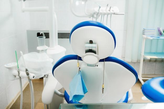 치과 의사 사무실의 빈 의자.