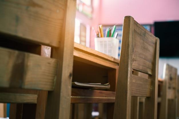 Covid-19 전염병 동안 수업 중단으로 인해 거미줄로 덮인 의자가 있는 빈 교실.