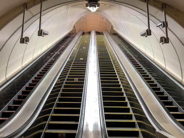 メトロの空のエスカレーター。階段を上り下りする人の移動