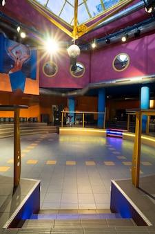 ディスコクラブで踊るための空の部屋。