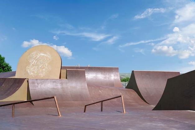 Пустой скейтпарк в городском общественном парке. место для экстремальных видов спорта в стиле фристайл