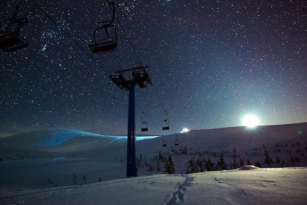ケーブルカーのある空のスキーリゾート