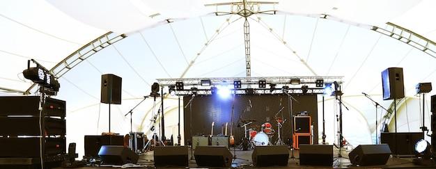 투광 조명과 악기가 있는 콘서트 전 빈 무대
