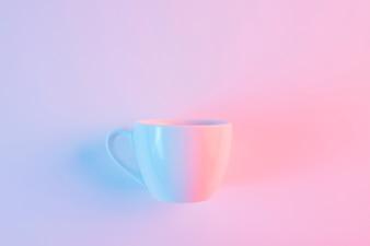 Пустая белая керамическая чашка на розовом фоне
