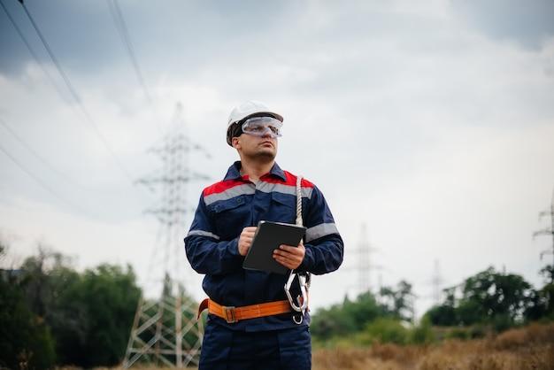 エネルギー労働者は電力線を検査します。エネルギー。