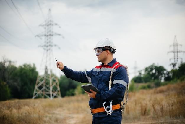 Энергетик осматривает линии электропередач. энергия.
