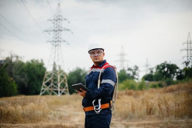에너지 작업자가 전력선을 검사합니다.