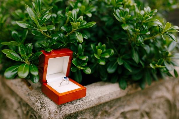 상자에 파란색 보석이 들어간 약혼 반지