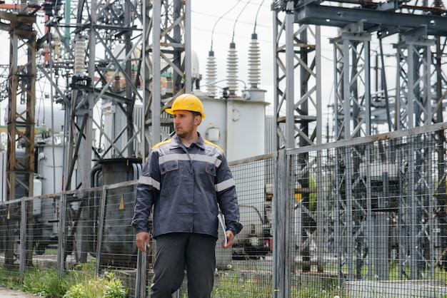 エンジニアの従業員が、最新の変電所の見学と検査を行います。エネルギー。業界。