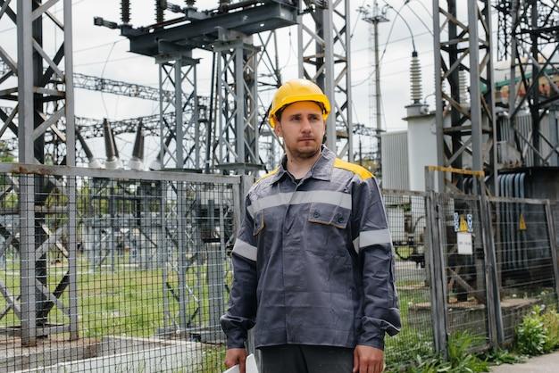 Инженер совершает экскурсию и осмотр современной электрической подстанции.