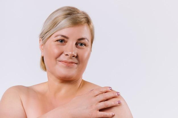 白い背景の上の老婆の拡大肖像画。笑顔でカメラを見ています。