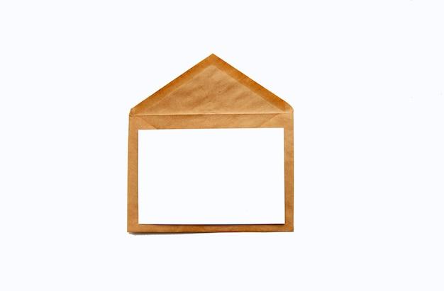 Конверт из переработанной бумаги с подарочной картой или приглашением на белом фоне