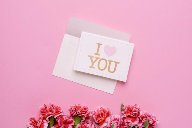Конверт с открыткой я люблю тебя и розовые цветы на розовом