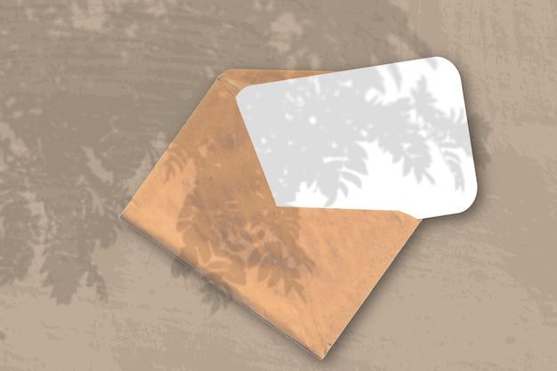 Конверт с листом фактурной белой бумаги