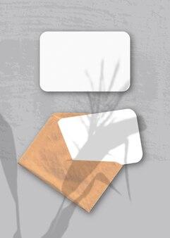 Конверт с двумя листами фактурной белой бумаги.