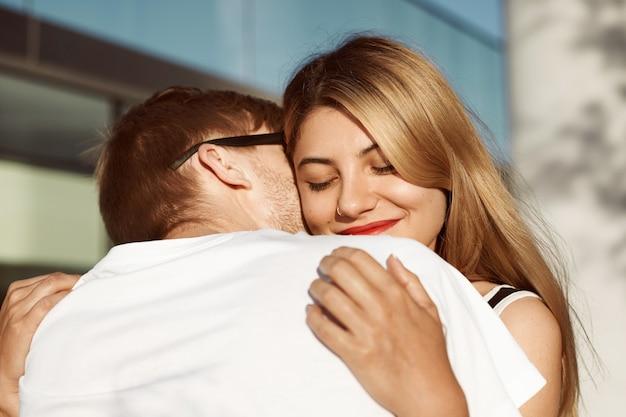 表情豊かなカップルが屋外でポーズをとっている