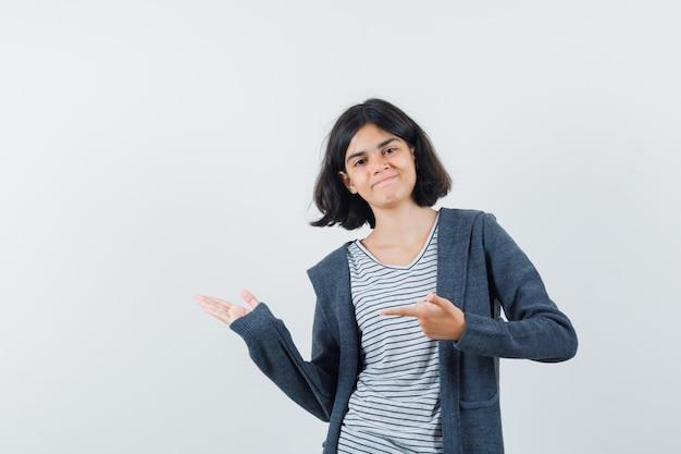 Выразительная девушка позирует в студии