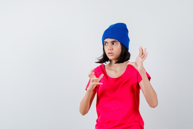 Выразительная девочка-подросток позирует