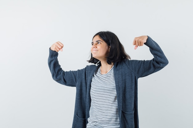 표현 여자가 스튜디오에서 포즈를 취하는