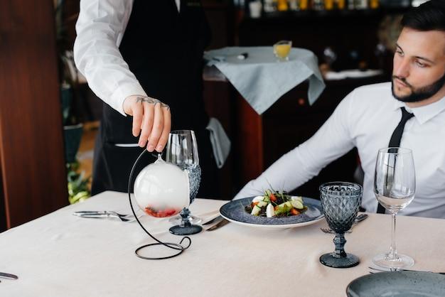 레스토랑의 테이블에 아름다운 서빙에 해산물, 참치, 블랙 캐비아의 절묘한 샐러드. 고급 요리 클로즈업의 절묘한 진미.