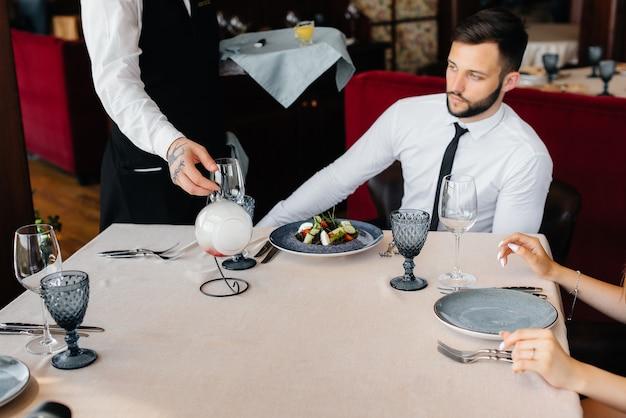 Изысканный салат из морепродуктов, тунца и черной икры в красивой подаче на стол в ресторане. изысканные деликатесы высокой кухни крупным планом.