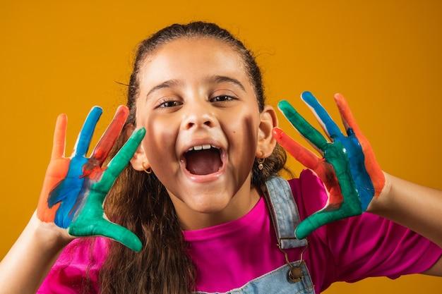 Изображение маленькой девочки с руками в краске