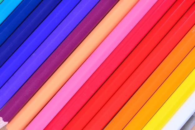 クレヨンの画像。色鉛筆。白い背景とウッドチップに色鉛筆