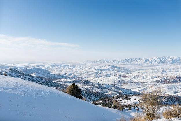 ウズベキスタンの天山山脈の冬の山々の信じられないほど美しいパノラマ