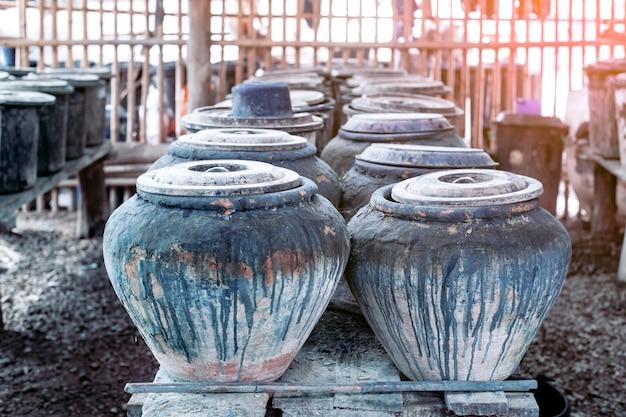 生地にする前の醸造所の藍硬化タンク。美しい藍色を手に入れるために、タイのサコンナコーン
