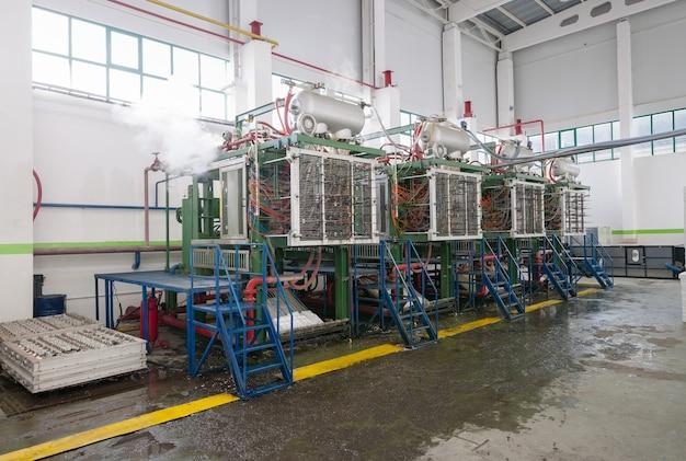 Промышленный цех по производству профилей из пенополистирола для упаковки