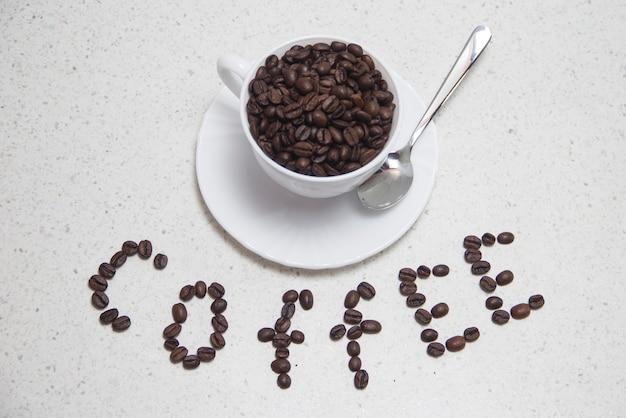 テーブルの上に焙煎したコーヒー豆で書かれた碑文