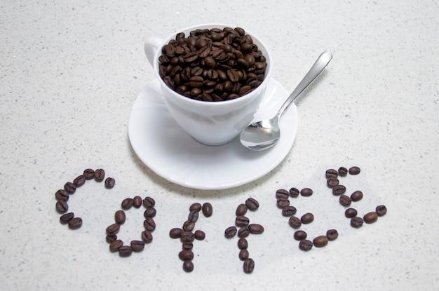 테이블에 볶은 커피 콩으로 쓰여진 비문