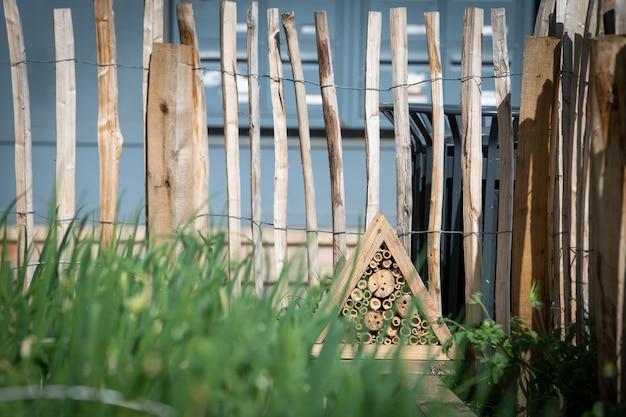 На углу крыши хижины возле городской овощеводческой фермы установили укрытие от насекомых.