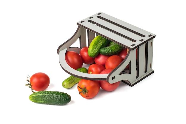 흰색 배경에 분리된 무너지는 야채가 있는 거꾸로 된 상자.