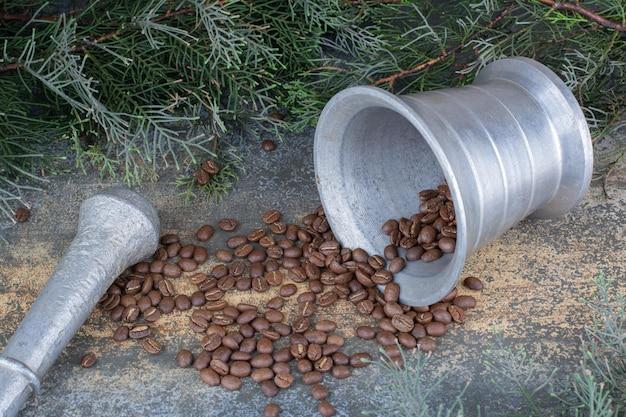 대리석 배경에 원두 커피와 철 양동이. 고품질 사진