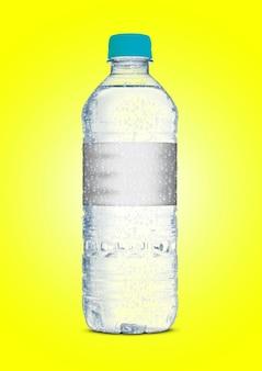 不規則な形のプラスチックソーダまたはミネラルボトルの色の表面