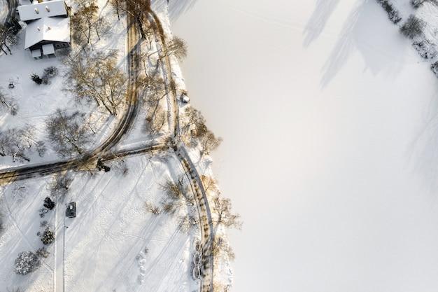 겨울 로시츠키 공원에 다리가있는 호수에있는 섬. 민스크, 벨로루시