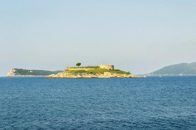 옛 오스트리아 요새인 아르자가 있던 섬. 마물라 섬. 코토르 만, 아드리아 해. 요트에서 바다에서 볼 수 있습니다.