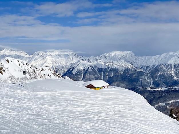 산 사이에 서있는 외딴 집