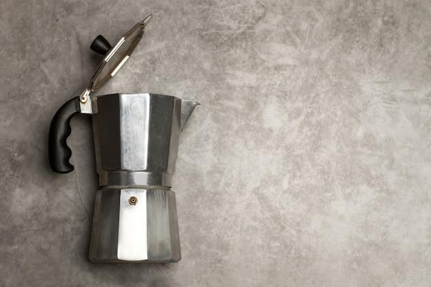 コピースペースのある大理石のテーブルに置かれたイタリアンコーヒーメーカー