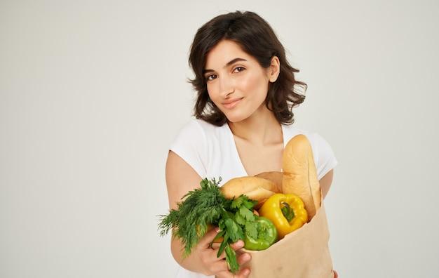 슈퍼마켓에서 쇼핑하는 식료품 야채가 든 가방에 흰색 티셔츠를 입은 항목