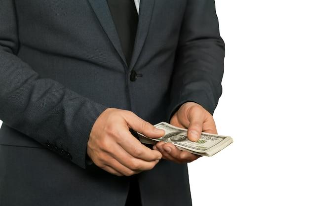 공무원이 돈을 계산합니다. 검은 양복과 깨끗한 손. 범죄자의 손입니다. 법의 눈에서 멀리.
