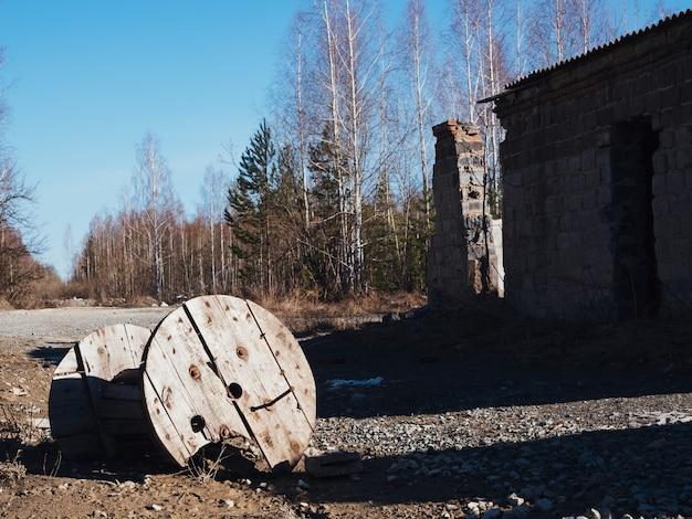 이른가에 오래 된 버려진된 공장 건물입니다. 종말 이후의 배경. 무너지는 건물들.