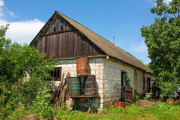 Старый заброшенный дом в далекой деревне.