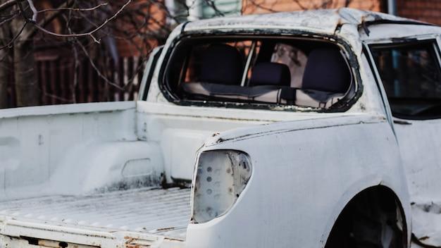 古い放棄された白いピックアップトラック。さびた車