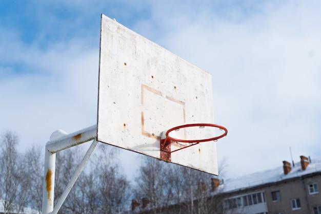 フープネットのない古いバスケットボールのバックボード。庭のスポーツグラウンド
