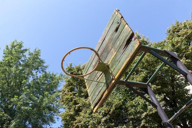 庭の古いバスケットボールのリング