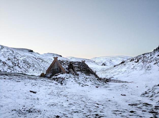 アイスランドの山に温泉がある古い浴場。アイスランドの冬の風景